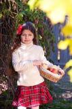 Красивейшая long-haired девушка брюнет с яблоками стоковое изображение rf
