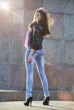красивейшая outdoors представляя женщина Стоковое Изображение RF