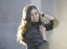 красивейшая outdoors представляя женщина Стоковые Фото