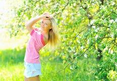 красивейшая outdoors представляя женщина Стоковые Фотографии RF