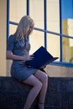 красивейшая outdoors сидя женщина Стоковое фото RF