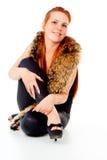 Красивейшая red-haired девушка представляя с шерстью стоковое изображение