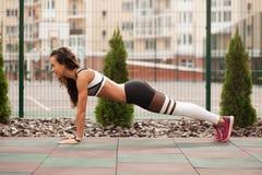 Красивейшая sporty женщина разрабатывает стоковые фотографии rf