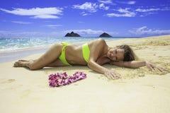 Красивейшее белокурое в бикини на пляже Стоковая Фотография RF