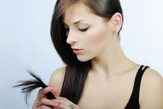 Красивейшее брюнет девушки с длинними волосами Стоковые Фотографии RF