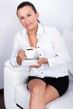 Красивейшее брюнет на перерыве на чашку кофе Стоковая Фотография