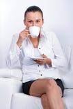Красивейшее брюнет на перерыве на чашку кофе Стоковые Изображения