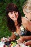 красивейшее выпивая вино группы девушок Стоковые Фотографии RF