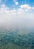 красивейшее голубое небо штиля на море вниз Стоковое Фото