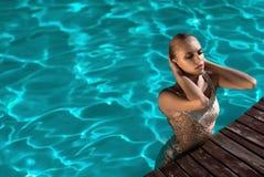 красивейшее заплывание девушки стоковые фотографии rf