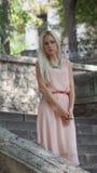 красивейшее заднее белокурое здание ее самомоднейшие детеныши женщины outdoors Стоковое фото RF