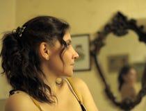 красивейшее зеркало фронта брюнет Стоковые Изображения RF