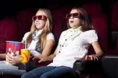 красивейшее кино 2 девушок кино наблюдая Стоковая Фотография