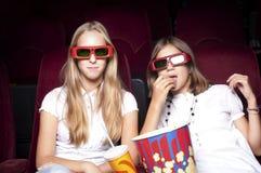 красивейшее кино 2 девушок кино наблюдая Стоковое Изображение RF