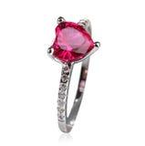 красивейшее кольцо красного цвета самоцвета Стоковые Фотографии RF