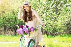 красивейшее милое Горизонтальная съемка привлекательной молодой женщины регулируя шляпу на голове и усмехаясь пока стоящ с ретро  Стоковая Фотография RF