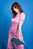 Красивейшее молодое брюнет в розовом платье на голубой предпосылке Стоковое Изображение RF