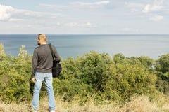 красивейшее море ландшафта Человек смотрит море Стоковое Изображение RF