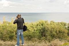 красивейшее море ландшафта Человек фотографирует море и небо Стоковое Фото