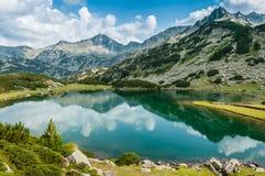 Красивейшее озеро и горный вид в Бугарске стоковое фото
