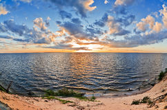 красивейшее озеро над заходом солнца Стоковые Фото