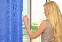 красивейшее окно отверстия девушки стоковые фотографии rf