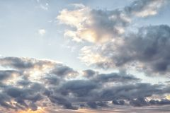 красивейшее пасмурное небо Красочное небо во времени восхода солнца Стоковая Фотография
