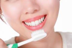 красивейшее предпосылки изолированное над детенышами белой женщины усмешки Зубоврачебная принципиальная схема здоровья Стоковые Фотографии RF