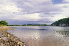 красивейшее река ландшафта Спокойное река с красочным reflecti неба Стоковые Изображения RF