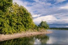 красивейшее река ландшафта Спокойное река с красочным reflecti неба Стоковые Изображения