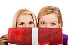красивейшее рождество держа присутствующую женщину красного цвета 2 Стоковое фото RF