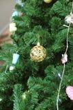 красивейшее рождество украсило вал предпосылка красит желтый цвет праздника красный Стоковые Фотографии RF
