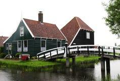 Красивейшее село с мостом и рекой Стоковая Фотография RF