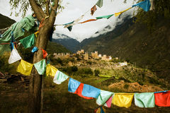 красивейшее село тибетца sichuan флагов Стоковое Изображение