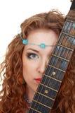 красивейшее удерживание гитары девушки Стоковая Фотография