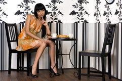 красивейшее усаживание девушки кафа Стоковая Фотография RF