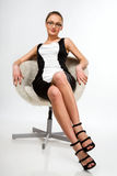 красивейшее усаживание девушки стула Стоковые Фото