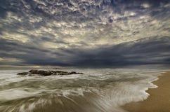 Драматическое движение воды с большим настроением на пляже Стоковая Фотография