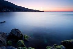 красивейшее черное прибрежное над восходом солнца моря Стоковые Фото