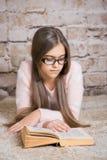 красивейшее чтение девушки книги Стоковые Фотографии RF
