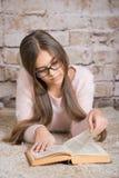 красивейшее чтение девушки книги Стоковые Фото
