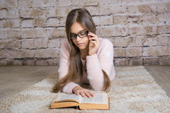 красивейшее чтение девушки книги Стоковое Фото