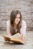 красивейшее чтение девушки книги Стоковая Фотография RF