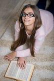 красивейшее чтение девушки книги Стоковое Изображение