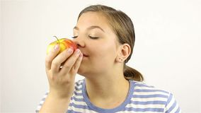 красивейшее яблока изолированное над детенышами белой женщины красного цвета сток-видео