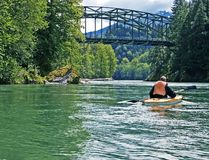 красивейшее canoeing река персоны горы Стоковое Изображение