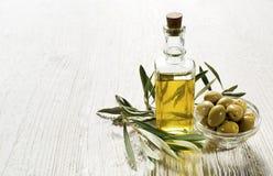красивейшей одетьнные бутылкой специи оливки масла стоковое изображение rf