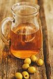 красивейшей одетьнные бутылкой специи оливки масла Стоковое Фото