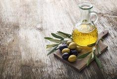 красивейшей одетьнные бутылкой специи оливки масла стоковые изображения