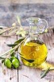 красивейшей одетьнные бутылкой специи оливки масла Стоковые Изображения RF